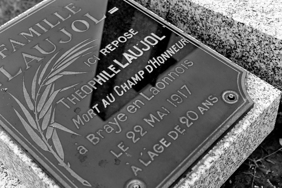 """Cimetière de Rignac, fusilier-mitrailleur au 83°RI, Croix de guerre : """"A été tué à son poste alors qu'il pousuivait par un tir bien ajusté la retraite de l'ennemi."""""""