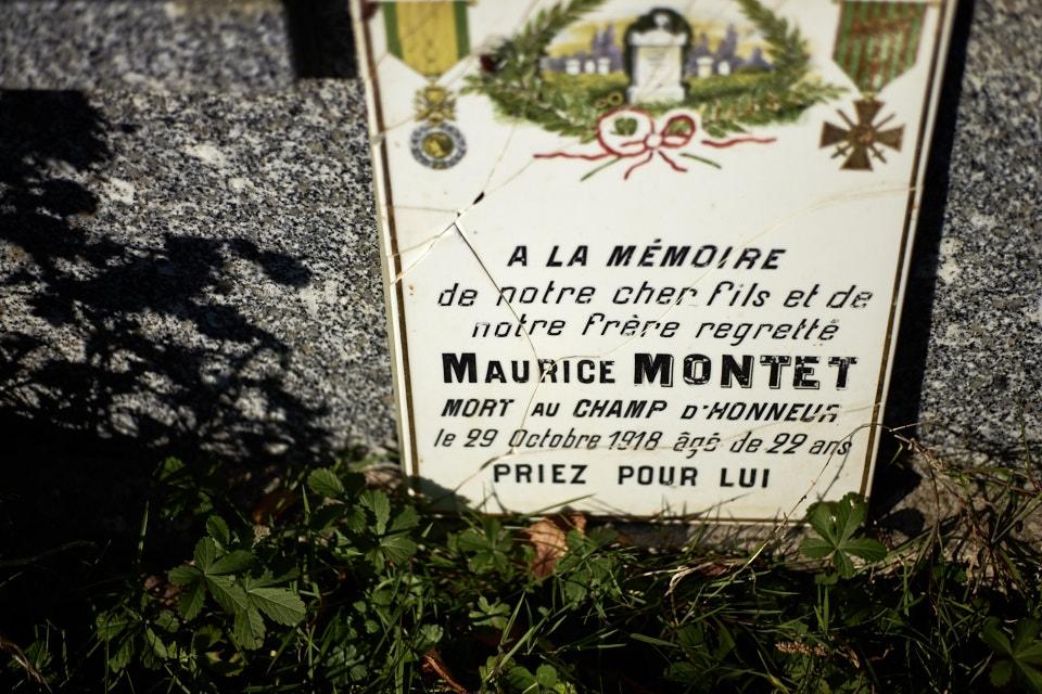 """Eugène Maurice Montel (et non Montet) est cultivateur. Il meurt d'une plaie au mollet compliquée d'une gangrène gazeuse en 1918. Citation : """"Bon soldat d'une belle conduite au feu. Le 3 juin 1918 a largement contribué à repousser plusieurs attaques ennemies."""""""