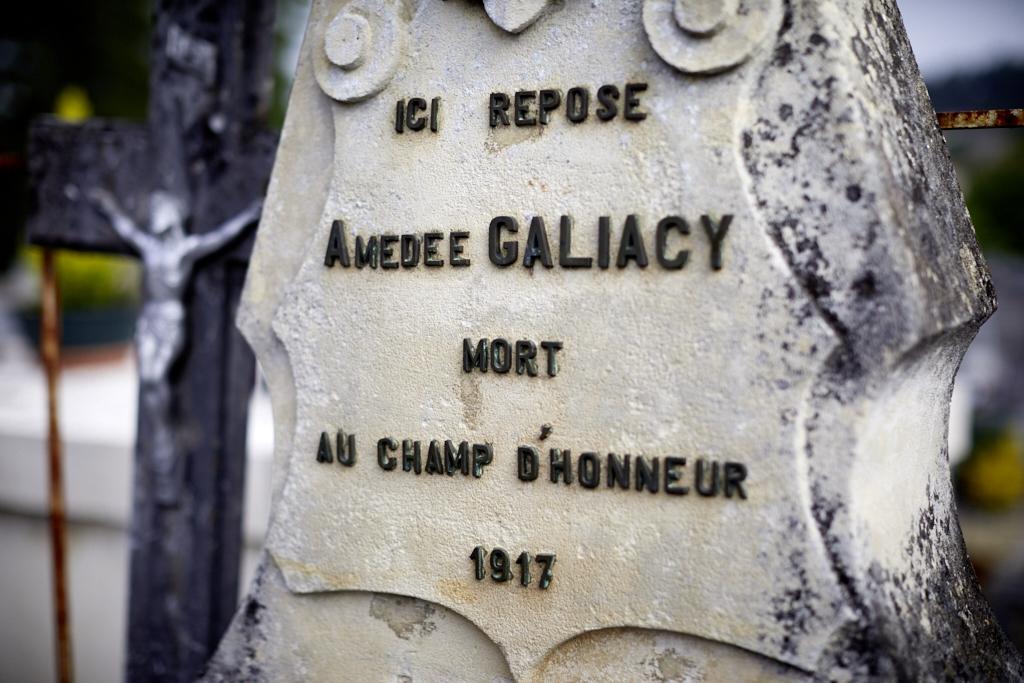 Fils d'un négociant bordelais il devance son appel de 2 ans et incorpore l'armée en 1911 à Bordeaux. Il meurt le 1er février 1917 d'une intoxication au gaz dans les combats du secteur de Mourmelon. Il était adjudant.