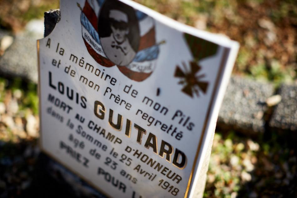 Rocamadour, Louis est cultivateur et appartient à la classe 15, il est incorporé en décembre 1914. Le 29 avril 1915 il est au front. Il meurt après avoir été blessé en avril 1918 dans la Somme après 3 ans de guerre.