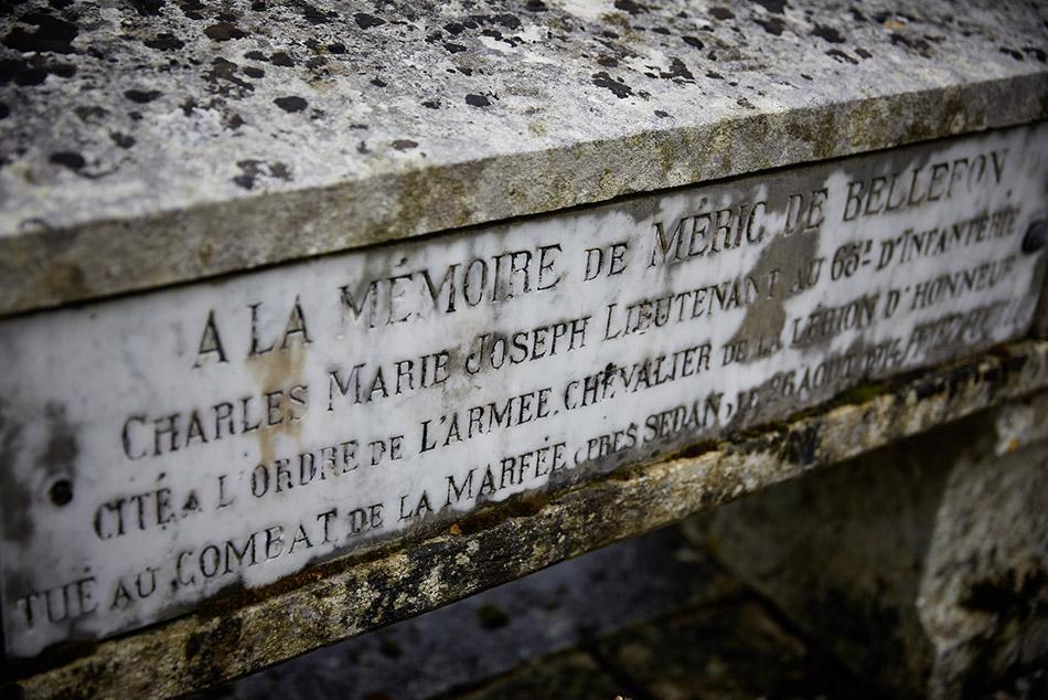 Montdoumerc, engagé volontaire dand l'infanterie colonilale en 1898, il participe aux campagnes du Tonkin, du Sénégal et du Maroc entre 1904 et 1913. Lieutenant, il est tué le 26 août 1914 à la Marfée en menant sa section à l'assaut.
