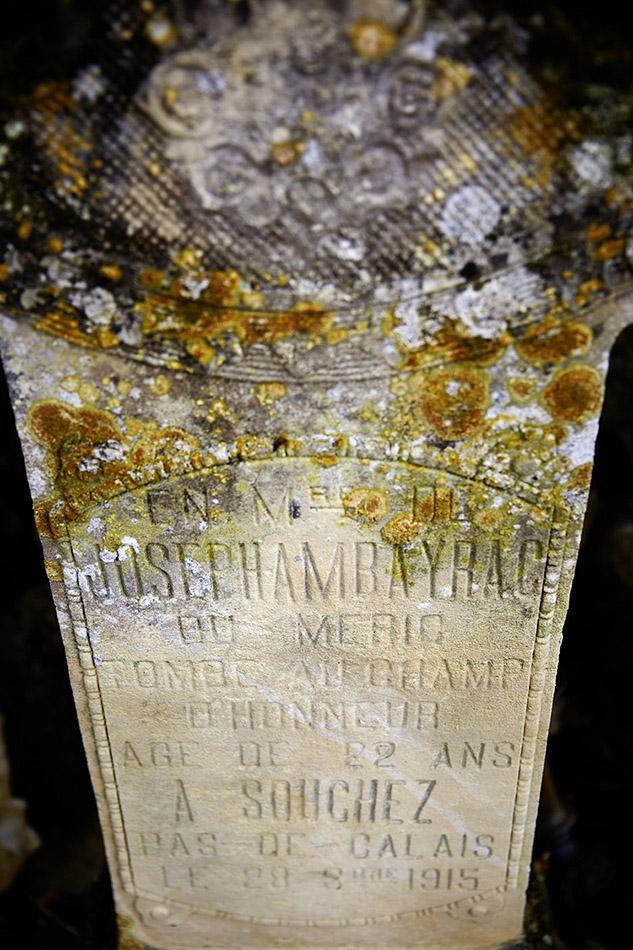 Montdoumerc, dans le cimetière une pierre-hommage, le corps de ce soldat repose dans le cimetière de Notre Dame de Lorette, sépulture n°15 463