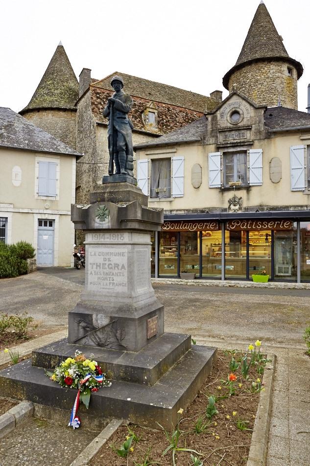 Thégra, le monument vient ici parachever l'oeuvre des républicains locaux, il complère l'espace public constitué par la mairie et l'école construites devant le château