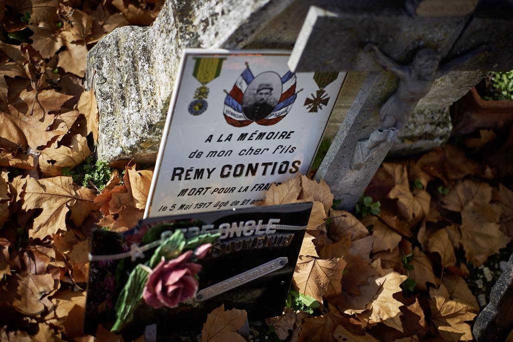 Rémy est meunier, bien qu'appartenant à la classe 16 il est appelé en avril 15, il passe par les 80°, 143° et 137° RI, il est tué à l'ennemi en mai 17, il est inhumé dans les tranchées où il a combattu près de Troyon (Aisne).
