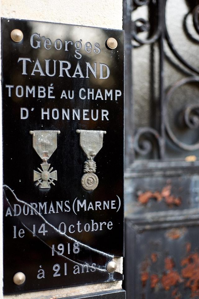 Né à Cahors et propriétaire à Teyssieu, il est mobilisé dans les zouaves en janvier 1916. Il est à l'arrière jusqu'en février 1918, blessé en octobre 1918, il meurt de ses blessures le 14 à Dormans en Champagne.