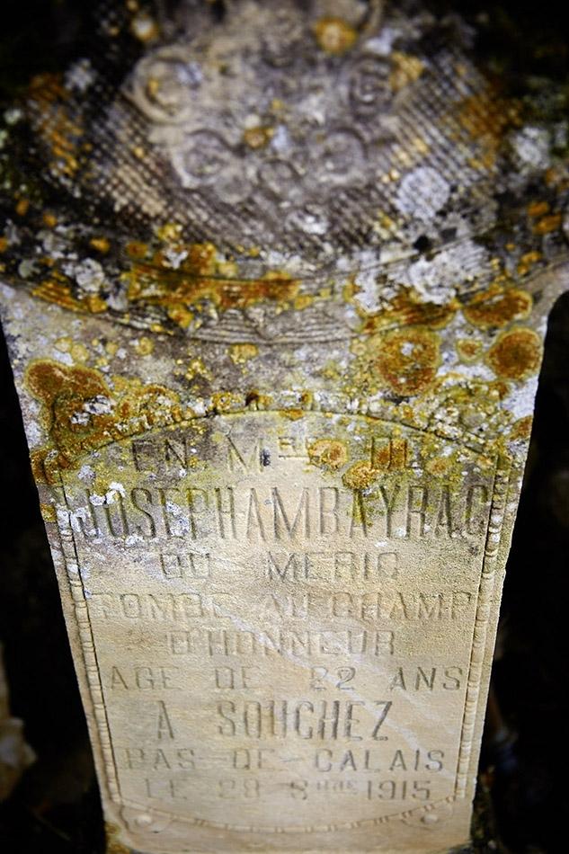 Dans le cimetière une pierre-hommage, le corps de ce soldat repose dans le cimetière de Notre Dame de Lorette, sépulture n°15 463