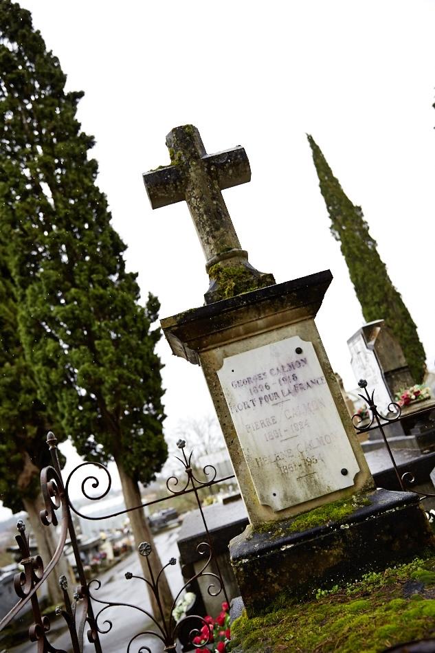 """Etudiant en droit, appelé en 1915 il est classé """"service auxilaire"""" pour des problèmes cardiaques, en octobre 1917 il est jugé apte, il meurt de maladie contractée en service à l'hôpital d'Annecy en juillet 1918."""