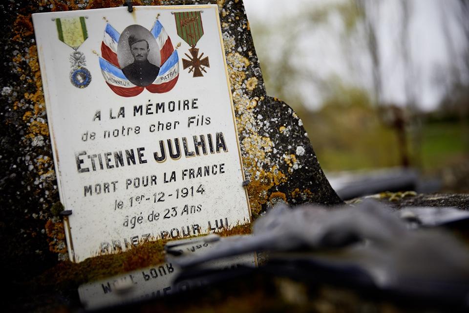 Quand la guerre éclate en août 14 il ne restait à Etienne que 2 mois de service à accomplir, il est tué fin septembre. La date de décès qui figure sur la plaque est la date de transcription dans l'état civil..